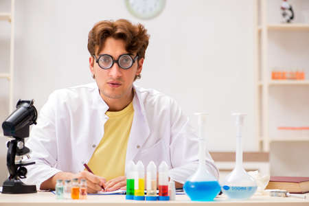 Funny crazy chemist doing experiments and tests Stockfoto