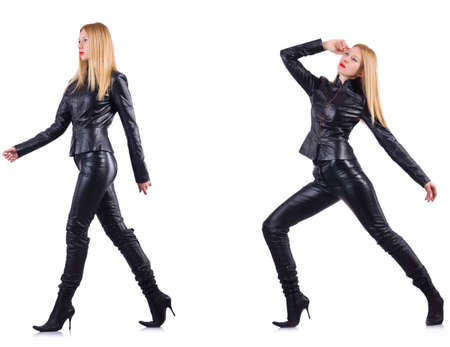 Tanzende Frau im schwarzen Lederkostüm