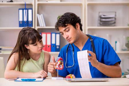 Cardiólogo médico visitante paciente joven Foto de archivo