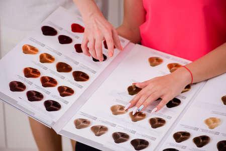 Kunde wählt Farbe für ihr Haar Standard-Bild