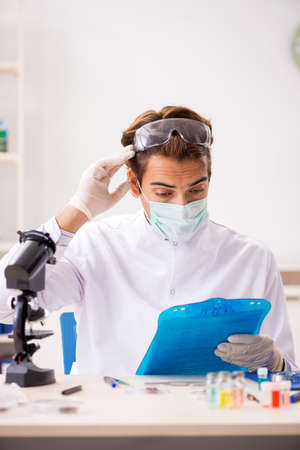 Male entomologist working in the lab on new species Banque d'images
