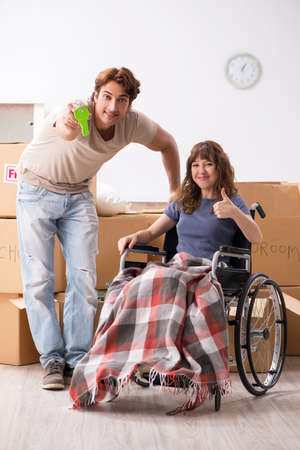 Husband with disabled wife moving to new flat Zdjęcie Seryjne