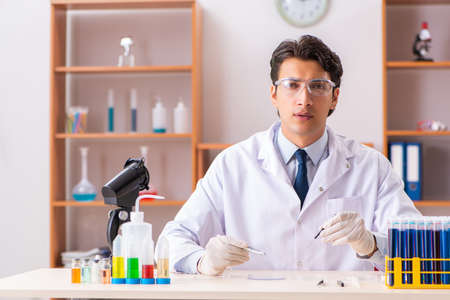 Young handsome biochemist working in the lab Stockfoto
