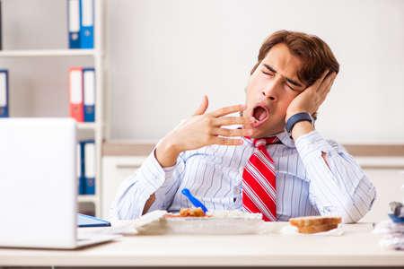 Man having meal at work during break Stockfoto