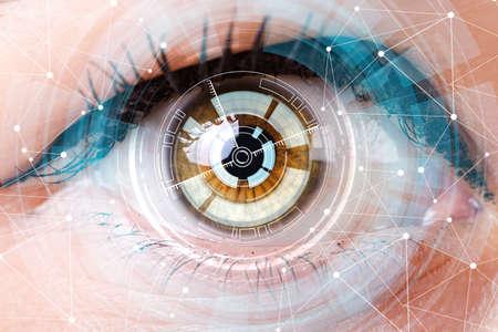 Concepto de sensor implantado en el ojo humano