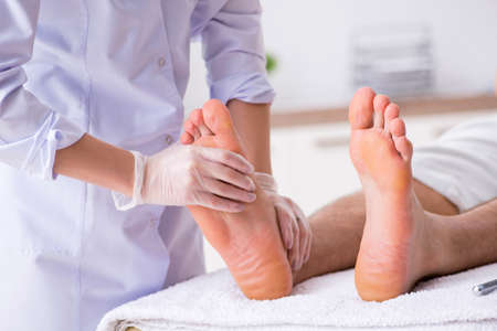 Podiatrist treating feet during procedure 免版税图像 - 115806668