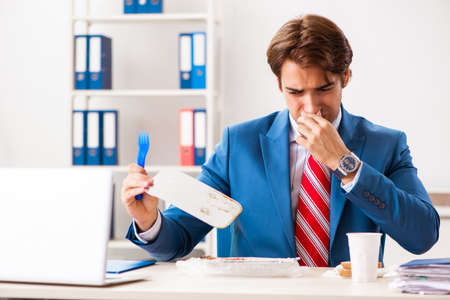 Man having meal at work during break Archivio Fotografico