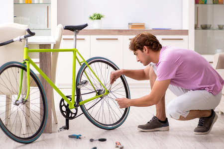 Man repairing his broken bicycle Standard-Bild