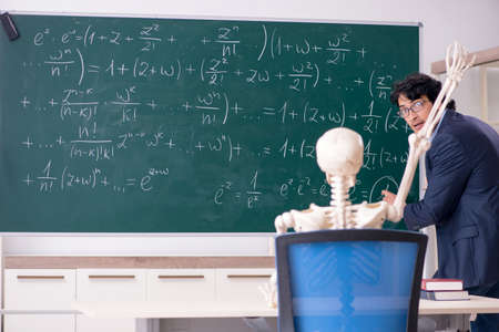 Young male math teacher and student skeleton Banque d'images - 118648507