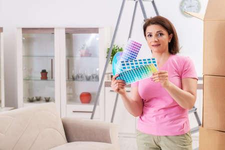 Woman choosing color for flat renewal Banque d'images - 118967515