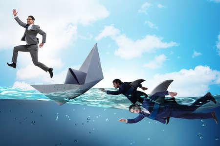 Hommes d'affaires dans le concept de concurrence avec le requin