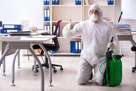 Contratista profesional haciendo control de plagas en la oficina