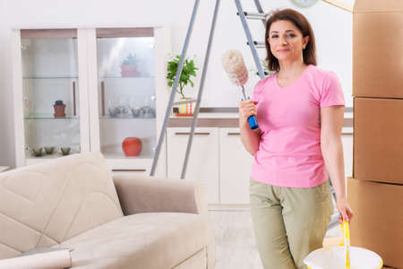 Middle-aged woman doing renovation at home Banque d'images - 119348696