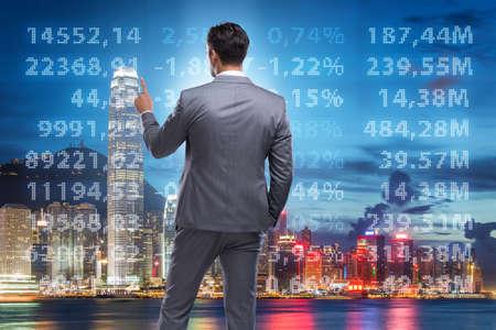 Biznesmen w koncepcji handlu akcjami
