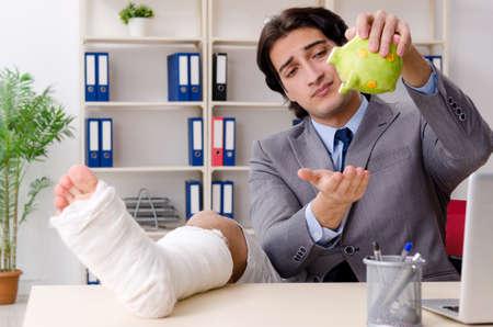 Leg injured employee working in the office Banco de Imagens - 119901578