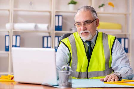 Alter Bauingenieur, der im Büro arbeitet Standard-Bild