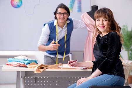 Jeune homme tailleur enseignant une étudiante