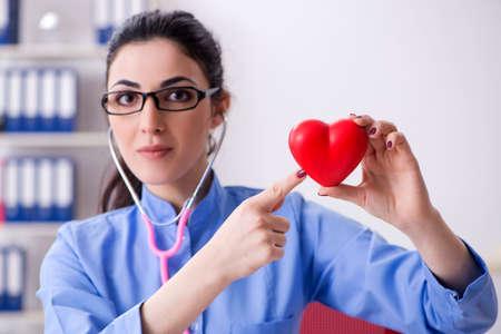Joven doctora trabajando en la clínica