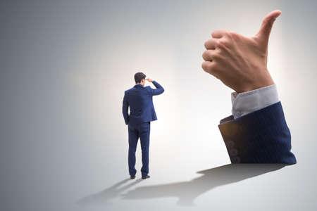 Geschäftsmann zeigt Daumen hoch Geste Standard-Bild