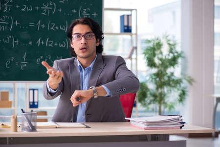 Jeune beau professeur de mathématiques en classe