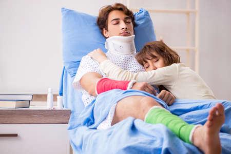 Liefdevolle vrouw zorgt voor gewonde echtgenoot in ziekenhuis Stockfoto