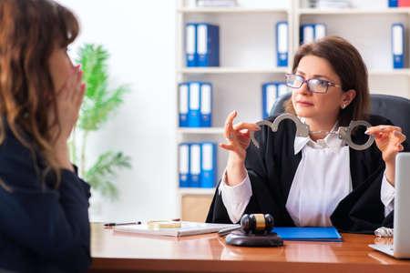 Młoda kobieta odwiedzająca prawniczkę