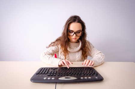 Zabawna nerd dziewczyna pracująca na komputerze