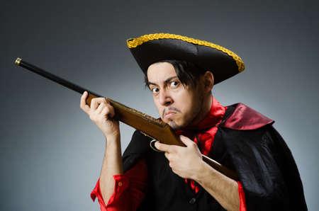 Pirata hombre contra fondo oscuro Foto de archivo