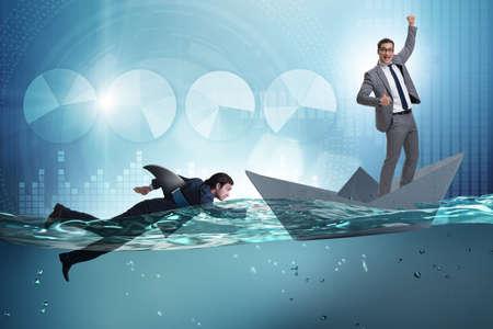 Hommes d'affaires dans le concept de concurrence avec le requin Banque d'images