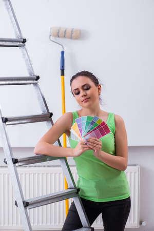 自宅でリノベーションを行う若い美しい女性
