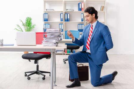 Junger männlicher Angestellter mit Verlobungsring im Büro Standard-Bild