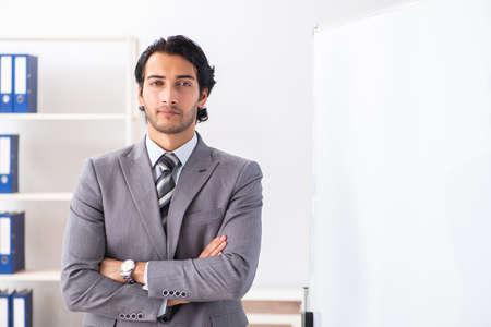 Giovane uomo d'affari bello davanti alla lavagna? Archivio Fotografico