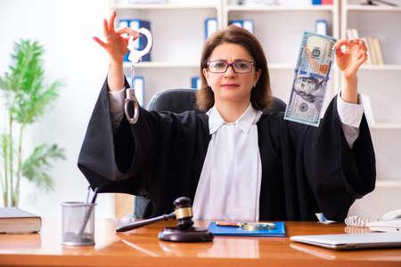 Femme médecin d'âge moyen travaillant au palais de justice