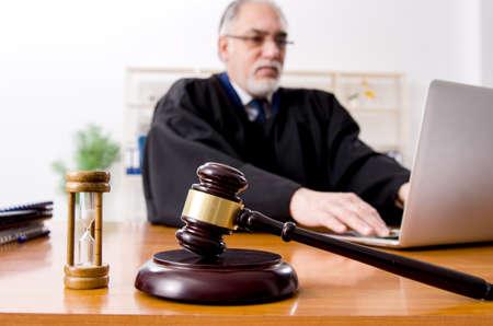 Avocat âgé travaillant dans le palais de justice