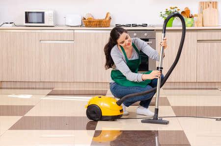 Joven contratista haciendo quehaceres domésticos