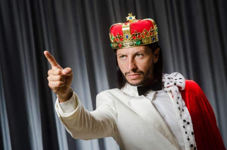 Re divertente che indossa la corona nel concetto di incoronazione Archivio Fotografico