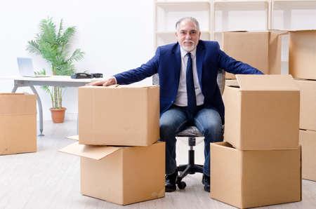 Alter Geschäftsmann, der an einen neuen Arbeitsplatz zieht