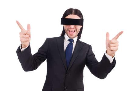 Jeune homme avec un masque noir sur blanc