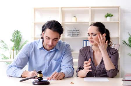 Junge Familie im Ehescheidungskonzept