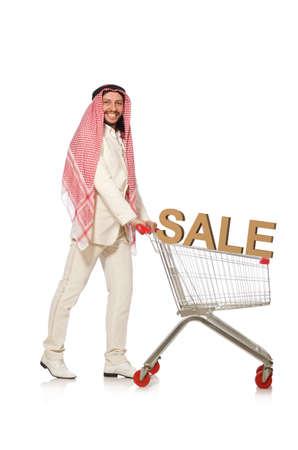 Uomo arabo che fa shopping isolato su bianco