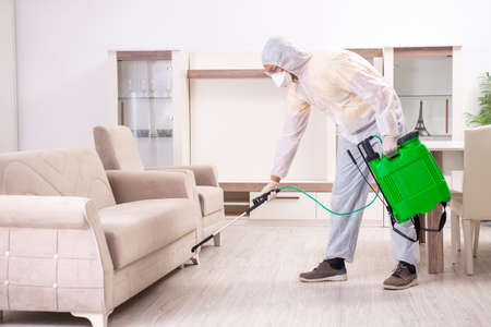 Wykonawca zwalczania szkodników pracujący w mieszkaniu