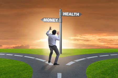 Geschäftsmann, der zwischen Geld und Gesundheit wählt