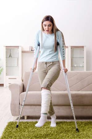 Jeune femme après un accident de voiture souffrant à la maison Banque d'images