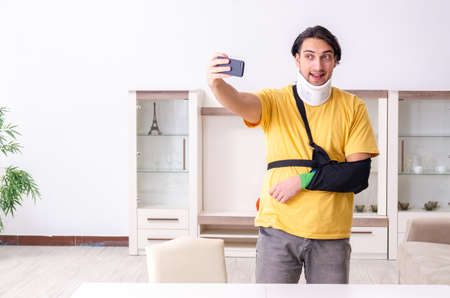 Young man after car accident suffering at home Stockfoto