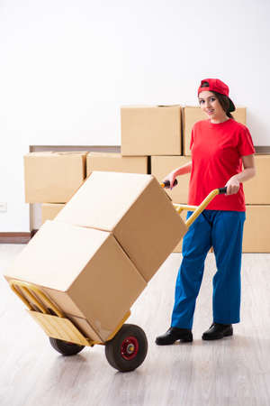 Young female professional mover doing home relocation Banque d'images