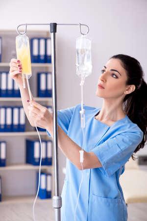 Joven doctora en concepto de infusión Foto de archivo