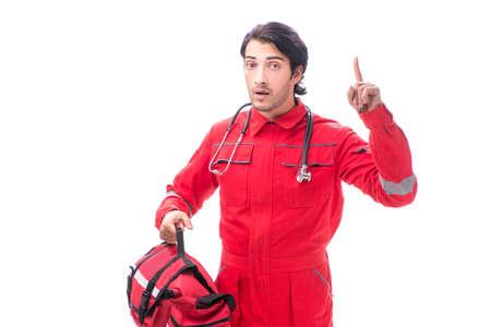 Młody sanitariusz w czerwonym mundurze na białym tle