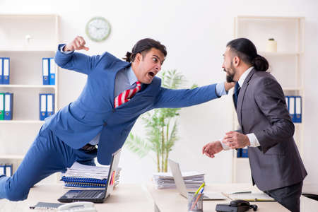Two male colleagues in the office Imagens