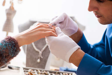 Young jeweler working in his workshop Zdjęcie Seryjne