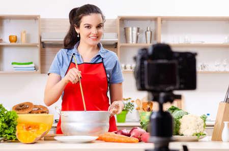 Joven vegetariana grabando video para su blog